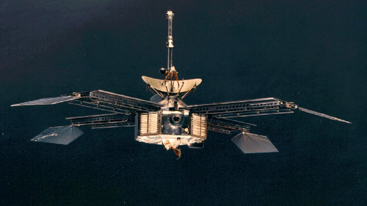 1964 MARINER 4, EUA 1a. sonda se aproxima de MARTE, após missões soviéticas e norte-americanas que falharam.