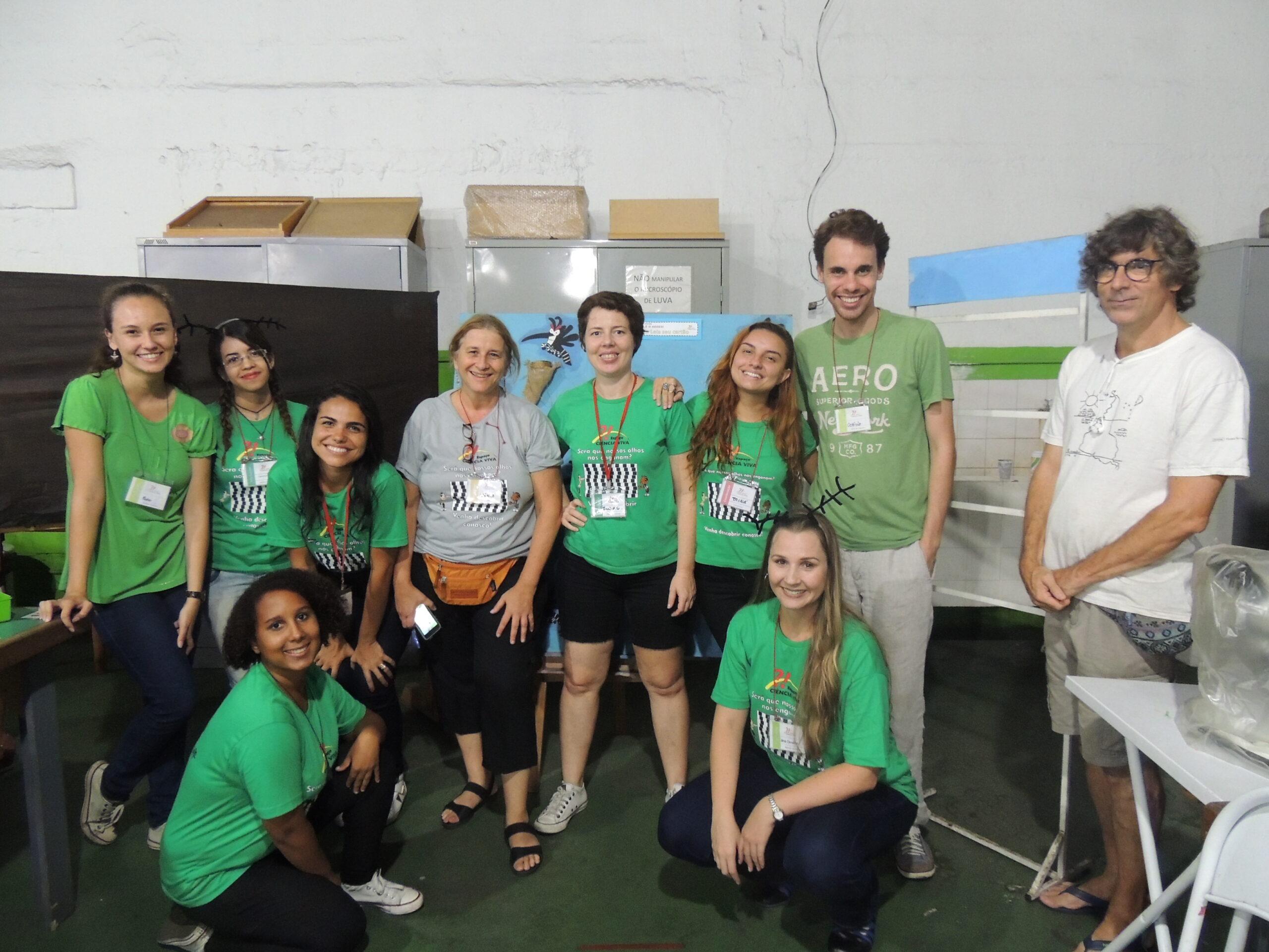 Isabel Gomes, Gabriela Allil, Ana Carolina, Clarinha, Lilian, Otávio, voluntários e Profa Tânia e Pedro (2016)